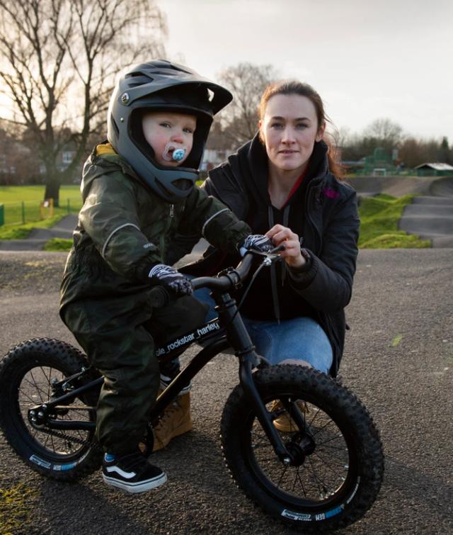 Tay đua 2 tuổi lái xe đạp địa hình gây bão mạng - 2