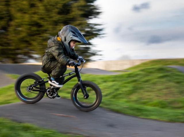 Tay đua 2 tuổi lái xe đạp địa hình gây bão mạng - 3