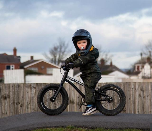 Tay đua 2 tuổi lái xe đạp địa hình gây bão mạng - 4