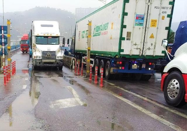 Giải cứu hàng trăm xe chở hàng bị tắc ở cửa khẩu - 1