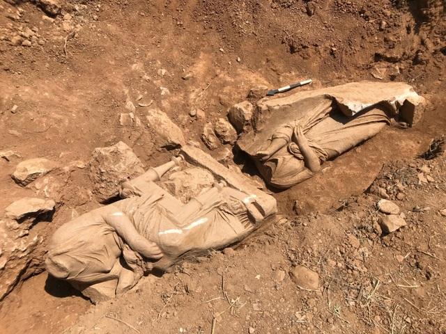 Phát hiện tượng mất đầu bằng cẩm thạch trắng hơn 2.300 năm trong mộ cổ - 1