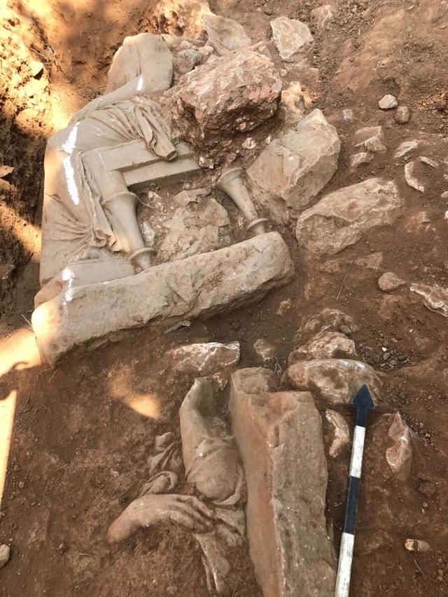 Phát hiện tượng mất đầu bằng cẩm thạch trắng hơn 2.300 năm trong mộ cổ - 3
