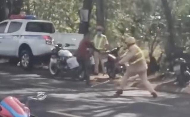 Xôn xao clip người đàn ông dùng dao tấn công CSGT - 1