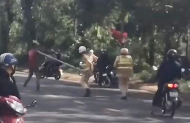 Xôn xao clip người đàn ông dùng dao tấn công CSGT - 2