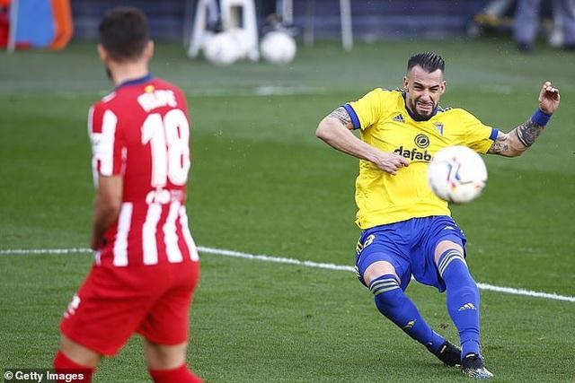 Luis Suarez lập cú đúp, Atletico hơn Real Madrid và Barcelona 10 điểm - 2