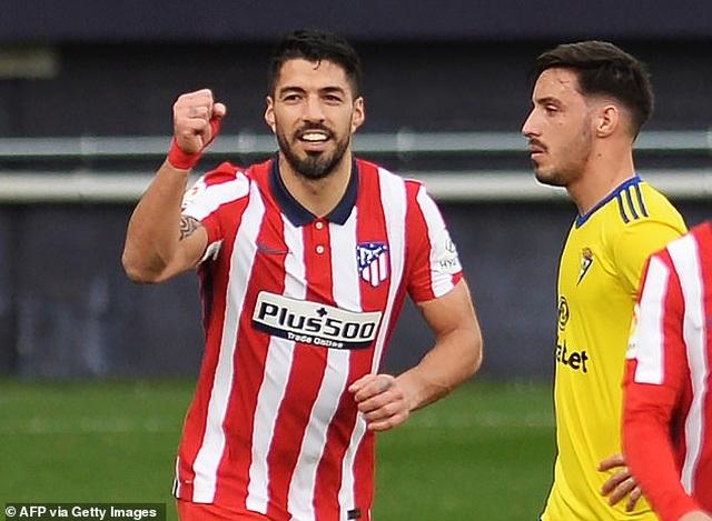 Luis Suarez lập cú đúp, Atletico hơn Real Madrid và Barcelona 10 điểm - 4