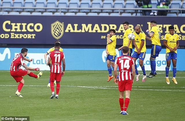 Luis Suarez lập cú đúp, Atletico hơn Real Madrid và Barcelona 10 điểm - 1