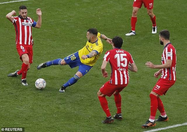 Luis Suarez lập cú đúp, Atletico hơn Real Madrid và Barcelona 10 điểm - 5