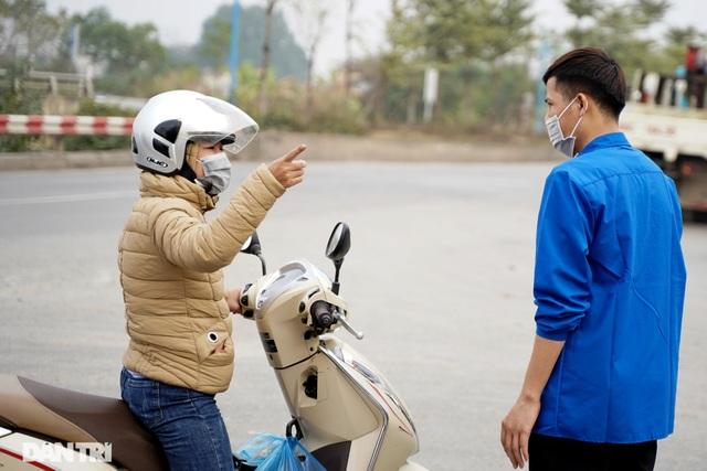 Nhiều người dân tỏ ra ngỡ ngàng khi bị chặn tại chốt cách ly ở Mê Linh - 7