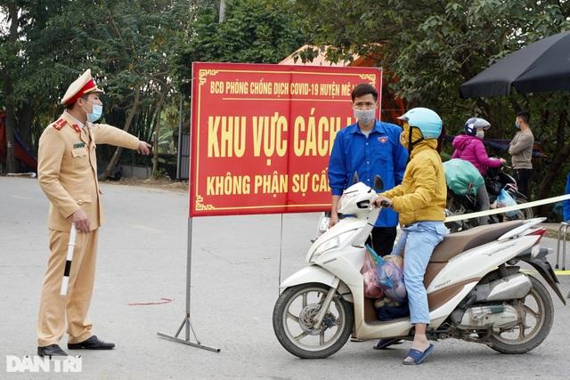 Nhiều người dân tỏ ra ngỡ ngàng khi bị chặn tại chốt cách ly ở Mê Linh - 2