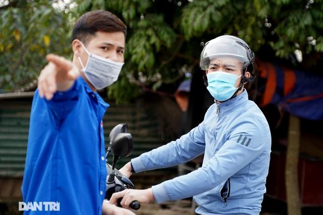 Nhiều người dân tỏ ra ngỡ ngàng khi bị chặn tại chốt cách ly ở Mê Linh - 8