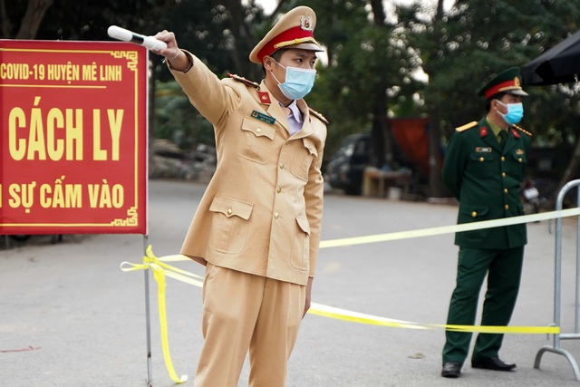 Nhiều người dân tỏ ra ngỡ ngàng khi bị chặn tại chốt cách ly ở Mê Linh - 9