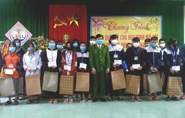 Cán bộ công an ủng hộ lương tặng quà Tết cho học sinh nghèo - 1