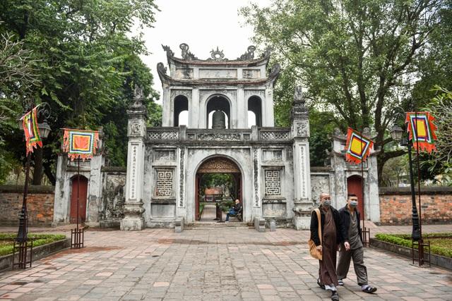 Cảnh vắng vẻ không một bóng người tại các điểm du lịch nổi tiếng ở Hà Nội - 1