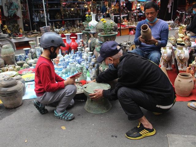Phiên chợ Tết lạ lùng nhất Hà Nội: Mỗi năm mở 1 lần để bán dao cùn, bát cũ - 4