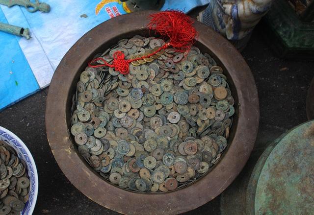 Phiên chợ Tết lạ lùng nhất Hà Nội: Mỗi năm mở 1 lần để bán dao cùn, bát cũ - 8
