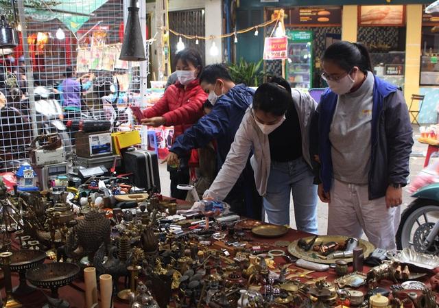 Phiên chợ Tết lạ lùng nhất Hà Nội: Mỗi năm mở 1 lần để bán dao cùn, bát cũ - 13