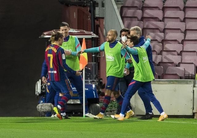 Messi lập siêu phẩm sút phạt, Barcelona soán vị trí của Real Madrid - 11