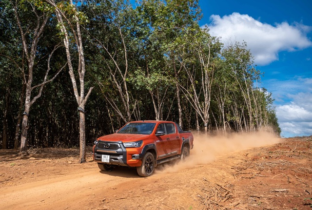 Khách nườm nượp mua Toyota Hilux 2021 và đây là lý do - 3