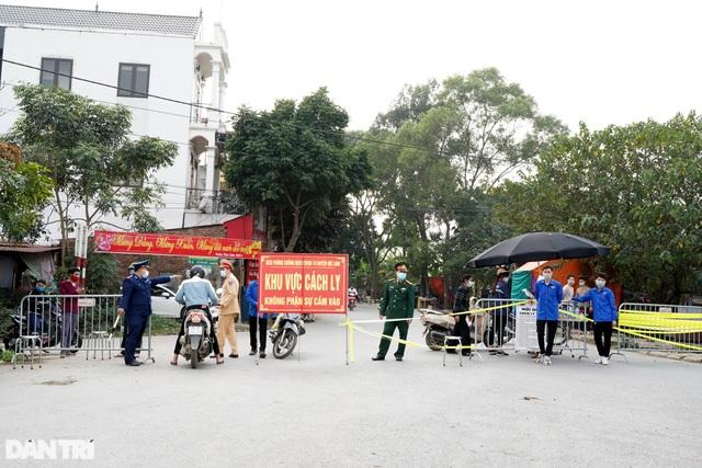Nhiều người dân tỏ ra ngỡ ngàng khi bị chặn tại chốt cách ly ở Mê Linh - 1