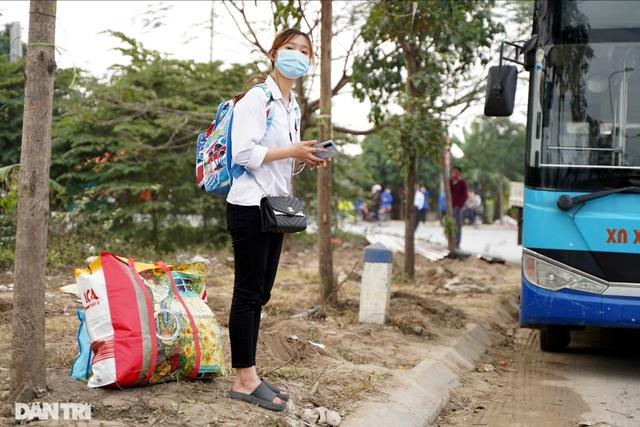 Nhiều người dân tỏ ra ngỡ ngàng khi bị chặn tại chốt cách ly ở Mê Linh - 11