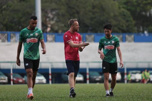 V-League tạm dừng, Lee Nguyễn vẫn tập đến sát Tết - 2