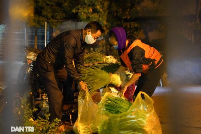 Nông dân ở khu cách ly tất bật chuyển rau củ qua rào sắt để bán trong đêm - 2