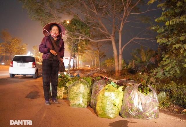 Nông dân ở khu cách ly tất bật chuyển rau củ qua rào sắt để bán trong đêm - 5
