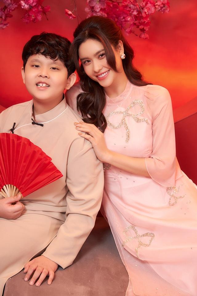 Con trai Trương Quỳnh Anh lớn phổng phao, chững chạc bên mẹ trong ảnh Tết - 3