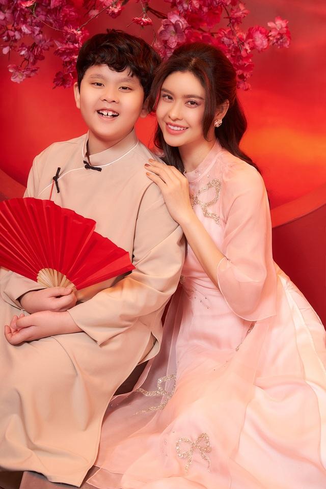 Con trai Trương Quỳnh Anh lớn phổng phao, chững chạc bên mẹ trong ảnh Tết - 2