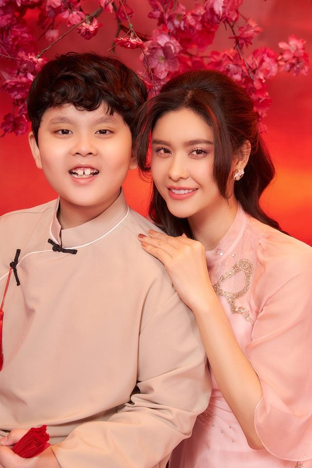 Con trai Trương Quỳnh Anh lớn phổng phao, chững chạc bên mẹ trong ảnh Tết - 1
