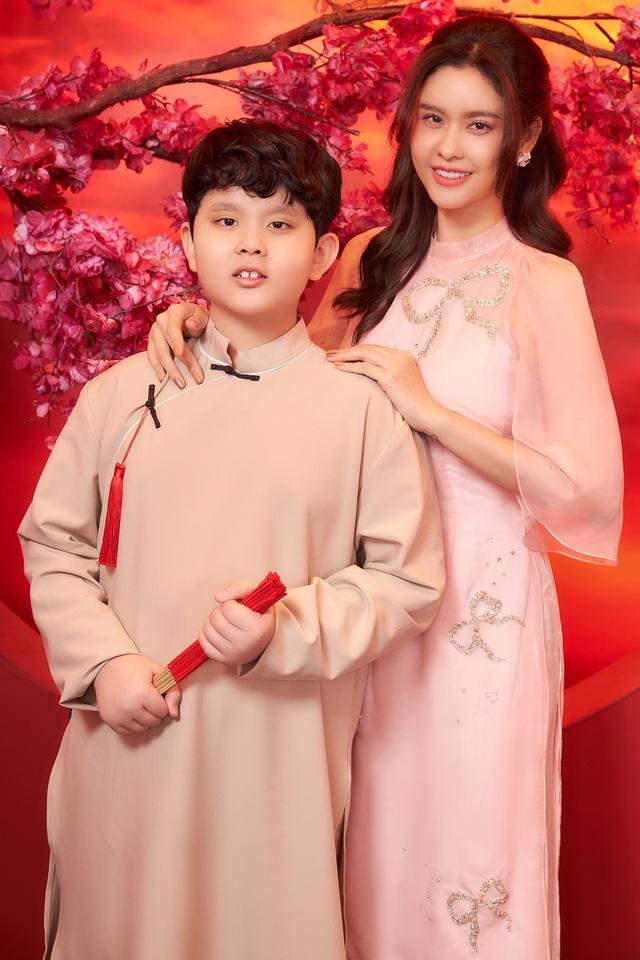 Con trai Trương Quỳnh Anh lớn phổng phao, chững chạc bên mẹ trong ảnh Tết - 4