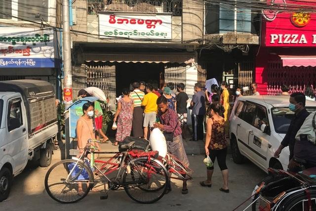 Người dân ồ ạt rút tiền, Myanmar đóng cửa toàn bộ ngân hàng - 2