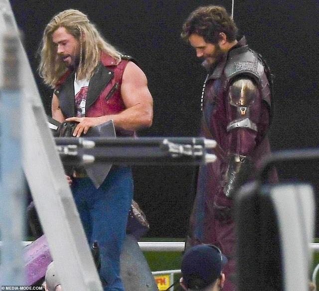Chris Hemsworth khoe cơ bắp tại trường quay phim Thor - 1