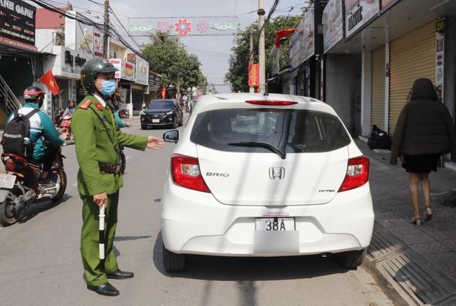 Nhiều cán bộ bị xử phạt vì đậu xe sai quy định - 2
