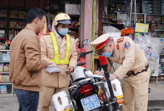 Nhiều cán bộ bị xử phạt vì đậu xe sai quy định - 3