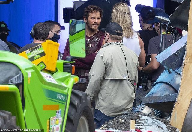 Chris Hemsworth khoe cơ bắp tại trường quay phim Thor - 4