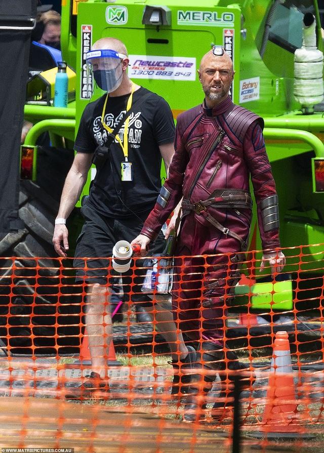 Chris Hemsworth khoe cơ bắp tại trường quay phim Thor - 5