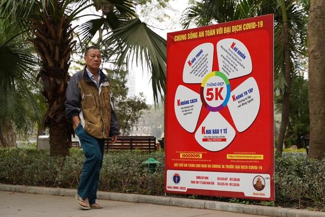 Người dân ở Hà Nội lơ là phòng dịch, không đeo khẩu trang tụ tập đông người - 9