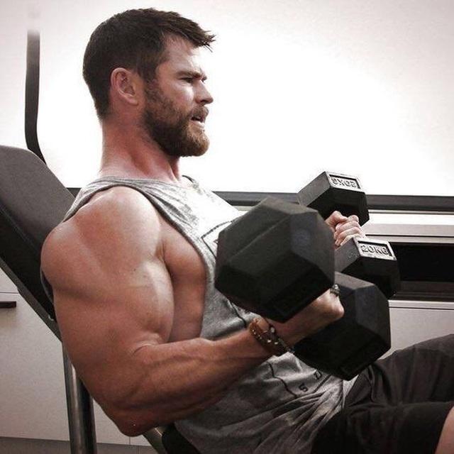 Chris Hemsworth khoe cơ bắp tại trường quay phim Thor - 7