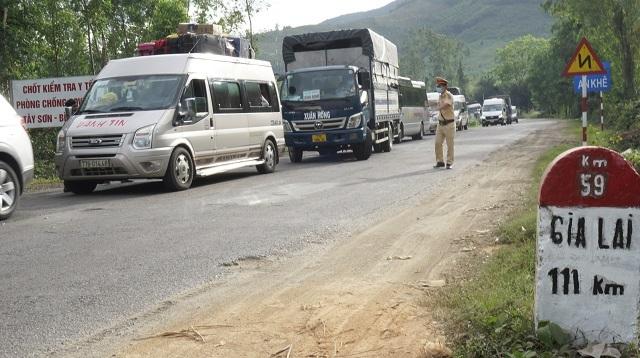 Quốc lộ 19 ùn tắc vì phương tiện phải dừng để kiểm tra Covid-19 - 1