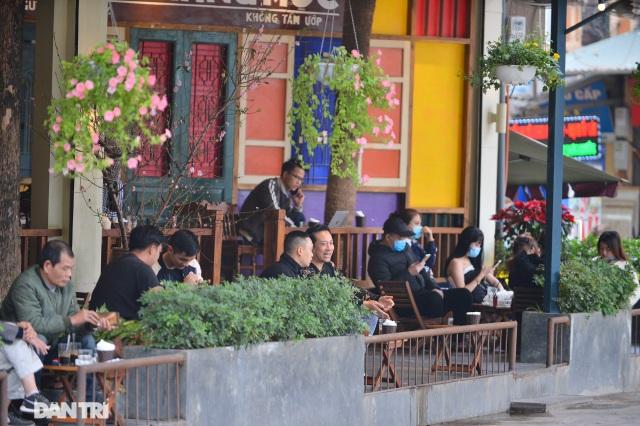 Người dân ở Hà Nội lơ là phòng dịch, không đeo khẩu trang tụ tập đông người - 13