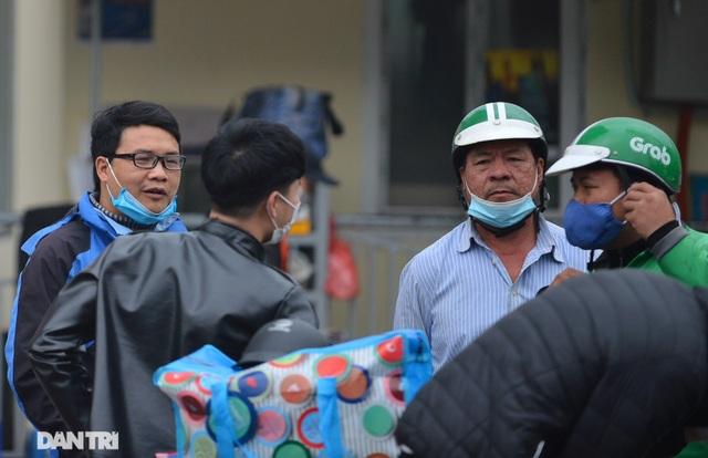 Người dân ở Hà Nội lơ là phòng dịch, không đeo khẩu trang tụ tập đông người - 11