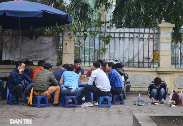 Người dân ở Hà Nội lơ là phòng dịch, không đeo khẩu trang tụ tập đông người - 4