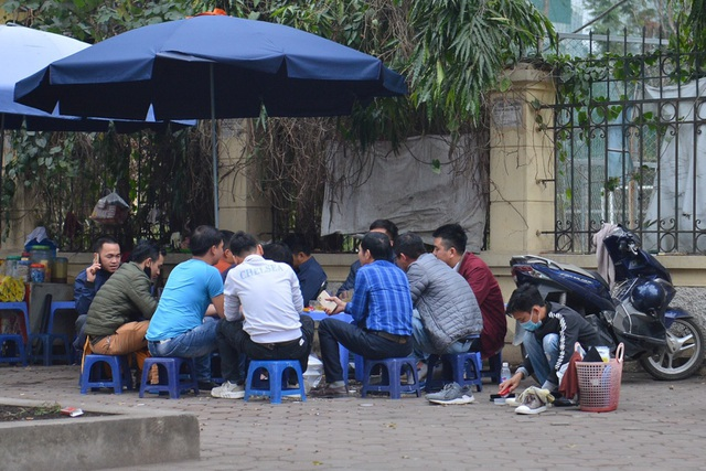 Người dân ở Hà Nội lơ là phòng dịch, không đeo khẩu trang tụ tập đông người - 1