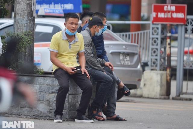Người dân ở Hà Nội lơ là phòng dịch, không đeo khẩu trang tụ tập đông người - 12