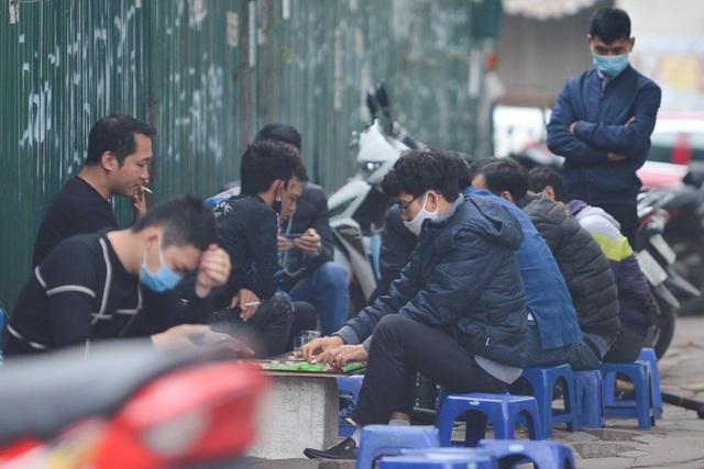 Người dân ở Hà Nội lơ là phòng dịch, không đeo khẩu trang tụ tập đông người - 2