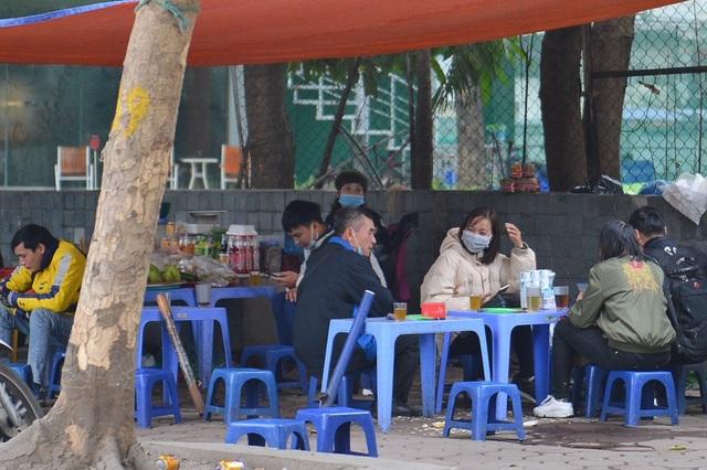 Người dân ở Hà Nội lơ là phòng dịch, không đeo khẩu trang tụ tập đông người - 3