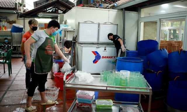 Không một bóng khách, nhà hàng, quán nhậu ở Hà Nội đồng loạt đóng cửa - 6