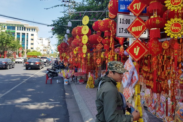 Nha Trang tourist street is flooded with spring colors to welcome the New Year's Eve - 9